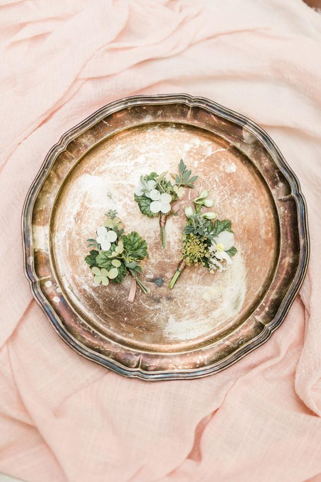 Boutonnières  –  Fleuriste de mariage à Genève | Évènements | Décoration florale | Lilas et Rose | Fleurs de mariage | Fine art floral studio Lilas & Rose | Atelier floral suisse | Swiss wedding florist | Geneva floral design & events