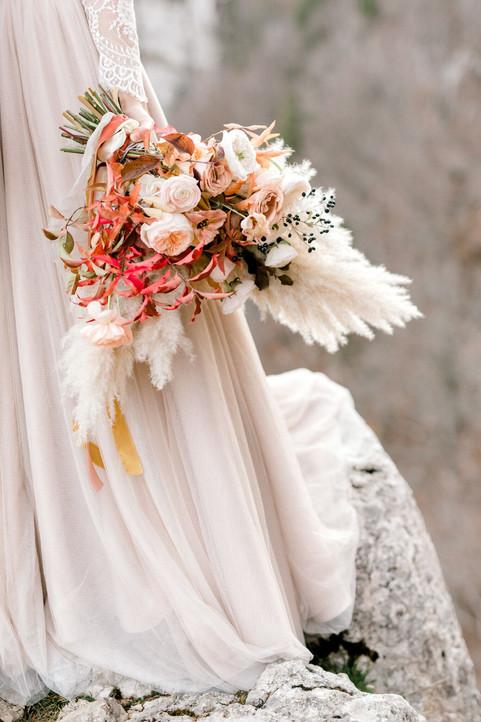 Bouquet de mariée autmnal – Fleuriste de mariage à Genève | Évènements | Décoration florale | Lilas et Rose | Fleurs de mariage | Fine art floral studio | Atelier floral suisse | Swiss wedding florist | Geneva floral design & events