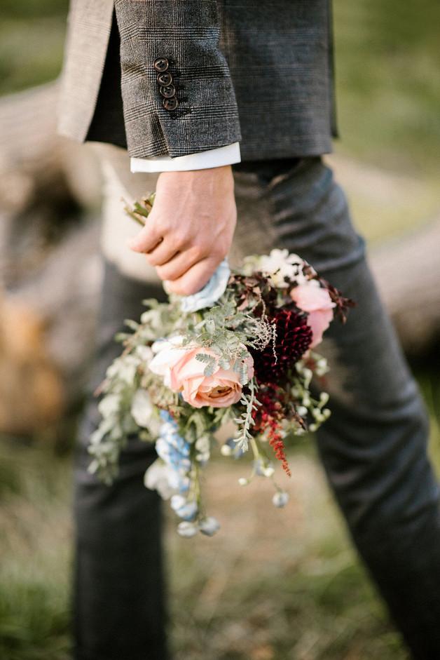 Un petit bouquet de mariée – Fleuriste de mariage à Genève | Évènements | Décoration florale | Lilas et Rose | Fleurs de mariage | Fine art floral studio | Atelier floral suisse | Swiss wedding florist | Geneva floral design & events