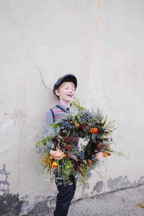 Une grande couronne – Fleuriste de mariage à Genève | Évènements | Décoration florale | Lilas et Rose | Fleurs de mariage | Fine art floral studio | Atelier floral suisse | Swiss wedding florist | Geneva floral design & events