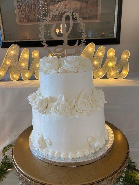 Classic 2-tiered wedding cake