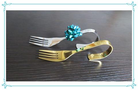 銀メッキのフォークと金メッキのフォーク