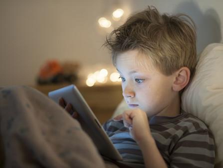 Làm thế nào để cha mẹ có thể hạn chế tật khúc xạ ở con mình?