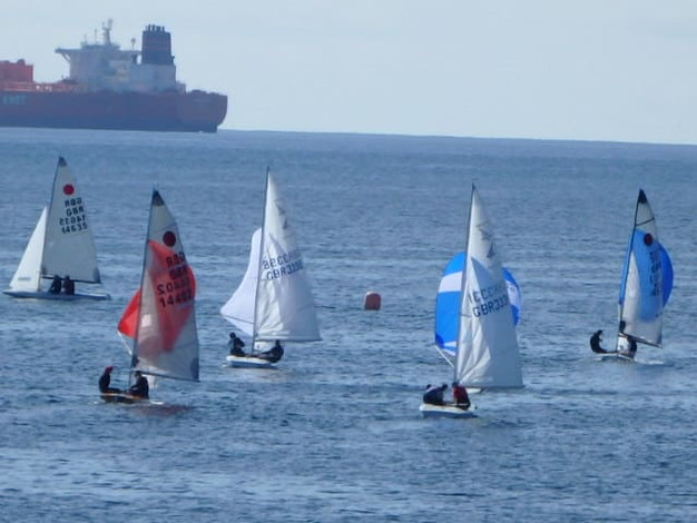 Dinghies runnign to leaward mark