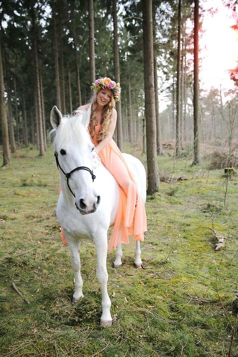 Bohemian styled love-photoshoot wit paard Lage Vuursche Eline van der Woude Hessels - Cornee Diepeveen en Mieke Zaal Forever Yes Photography