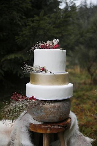 Forever Yes Photography - Bohemian styled wedding-shoot Ardennen, Belgium België Bruidstaart rood bohemian Michelle Scholten Het Suikerhuys