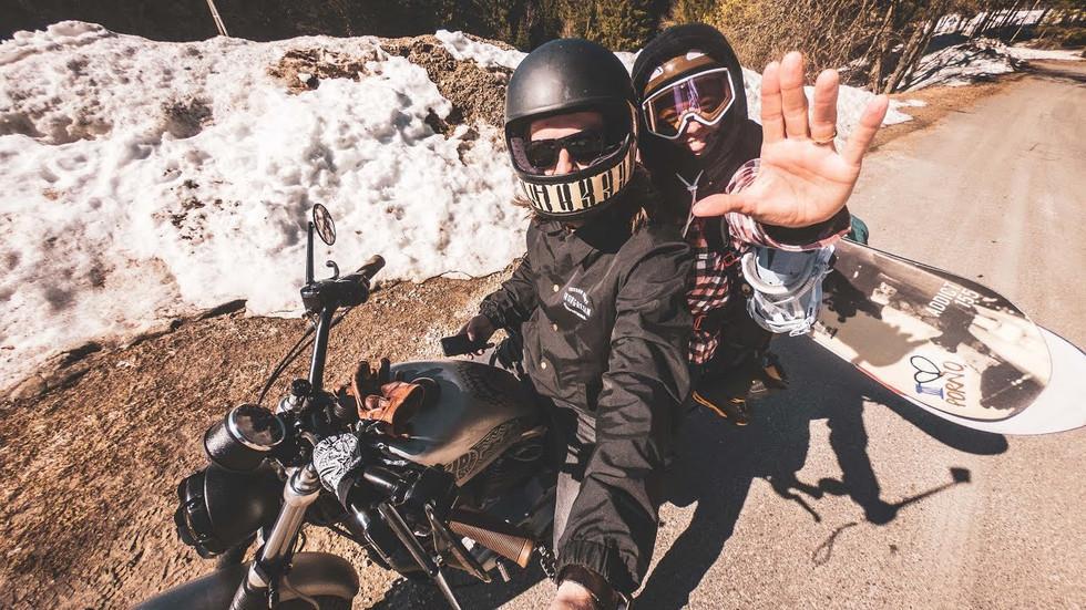 Na motorce na snowboard - nejlepší víkend!