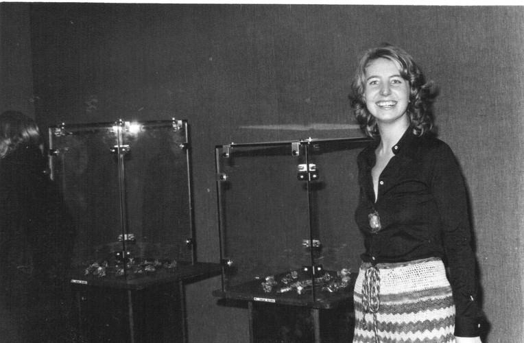 Maria Luisa Krahe en una exposición de sus joyas en los 70