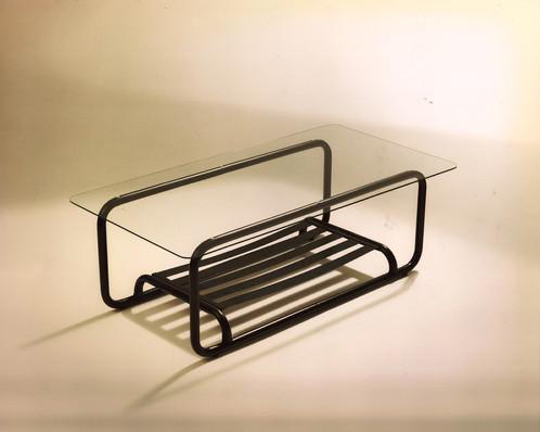 Modelo Ballesta. Mesa de centro. Estructura de hierro pintado al horno en color negro