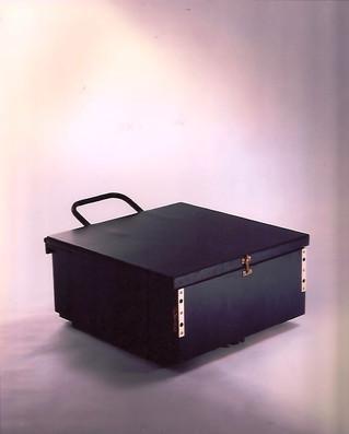 Modelo Malasaña. Cajón que se transforma en butaca con una posición intermedia como mesa auxiliar. Materiales: madera, hierro y tapicería de loneta. En esta foto, posición cajón