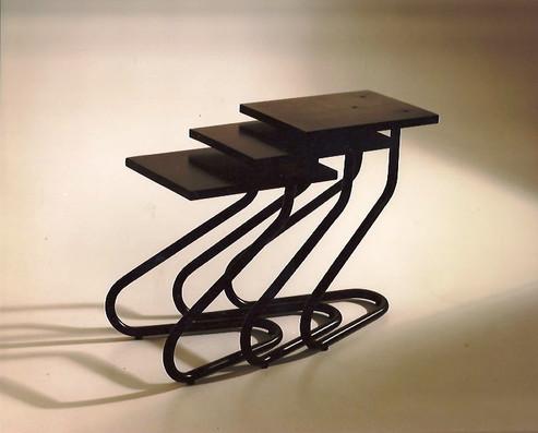 Modelo Arganzuela. Conjunto tres mesas con estructura de hierro pintado y plataformas de madera