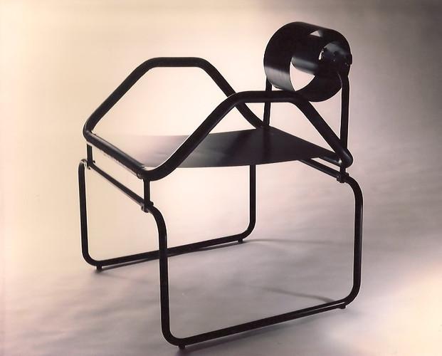 Modelo Guindalera. Butaca de hierro con respaldo de fleje pintado al horno en color negro