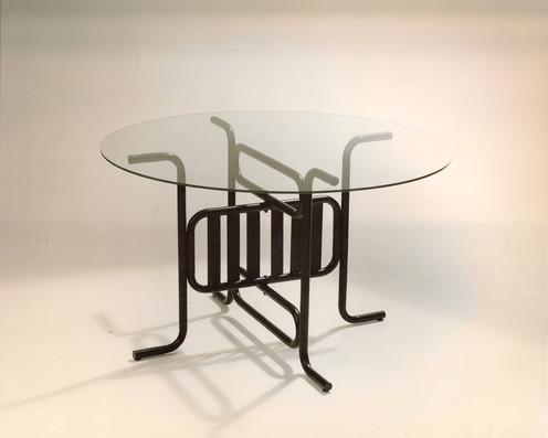 Modelo Ballesta. Mesa plegable de hierro pintado al horno. Color negro