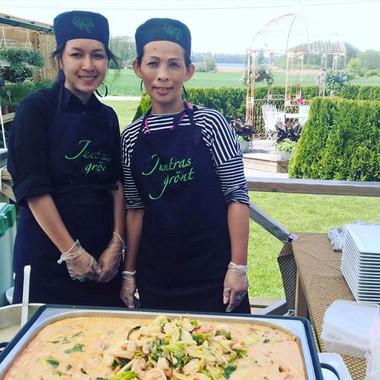 Härlig thaimat på Juntras!_Specialsydda förkläden och mössor med brodyr från BonnÖlsta.jpg