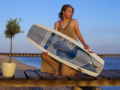 Die Meeresnymphe Aktaia geht surfen