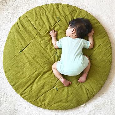 毎日のお昼寝にせんべい座布団愛用してます。成長してここからはみ出すようになったら、嬉しい反面きっと寂しいでしょうね。