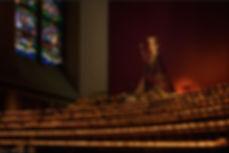 zlv in haar kapel met zee aan kaarsen.jp