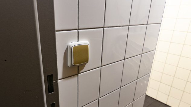 Antimikrobiální měděná fólie K Copper Plus - vypínač na toaletě