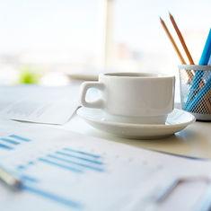 תמונה של ספל קפה בשחור לבן, עגולה