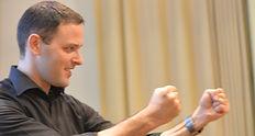 תמונה של אריאל עם שני ידיים מאוגרפות לאגרוף