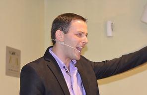 תמונה של אריאל בהרצאה