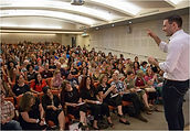 תמונה של אריאל בכנס שלו מול קהל