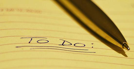 תמונה של עט על דף שורות שכתוב עליו to do