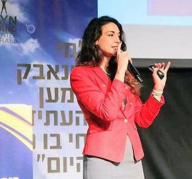 תמונה של מרינה נעמי סמוליאנוב מדברת בכנס