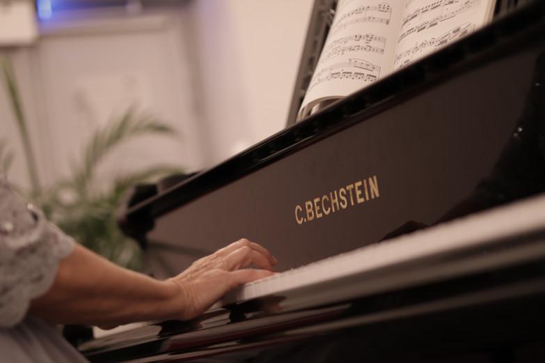 Julie plays her concert at the Château de Bossey