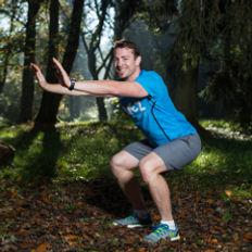 Sportwissenschafter und Trainer Leonhard Zeilinger achtet auf die korrekte Ausführung der Übungen. Mit Kniebeugen trainieren Sie bis zu 400 Muskeln ihres Körpers.