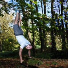 Ihr Personal Trainer Leonhard Zeilinger sorgt für eine angenehme Atmosphäre beim Training. Seine eigene Freude an der Bewegung wirkt ansteckend.