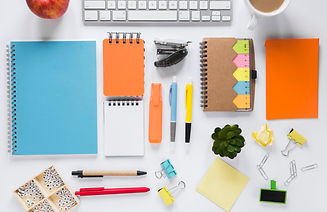 mesa-de-trabalho-criativo-branco-com-mat