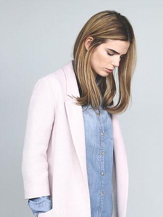 Modell in rosa Jacke