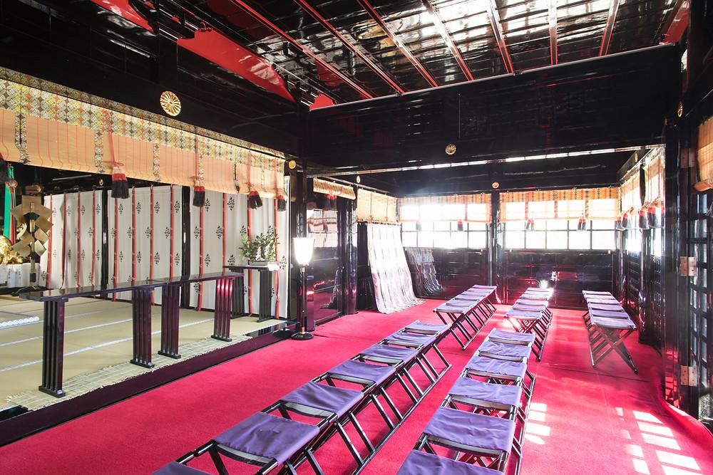 拝殿。天井板も美しい赤と黒の漆塗り。