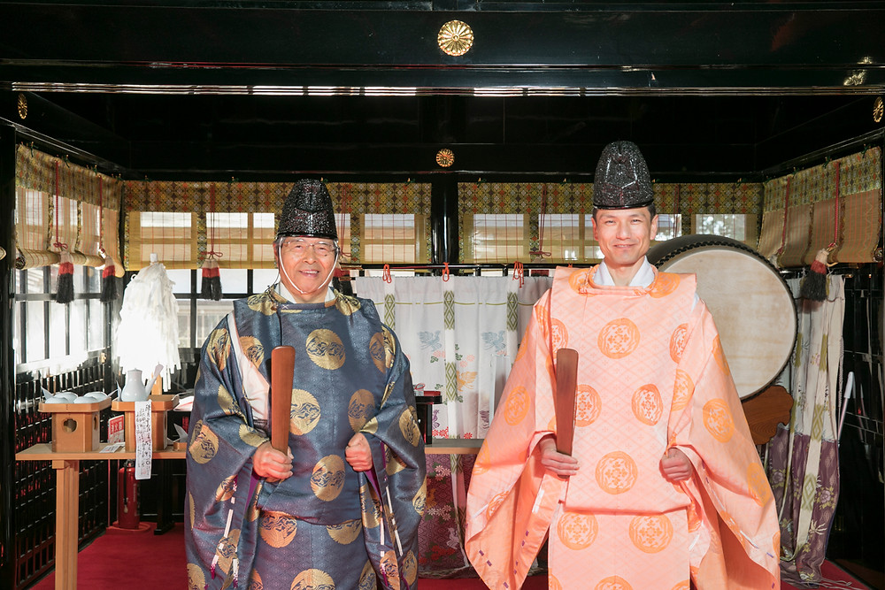 社殿の神職