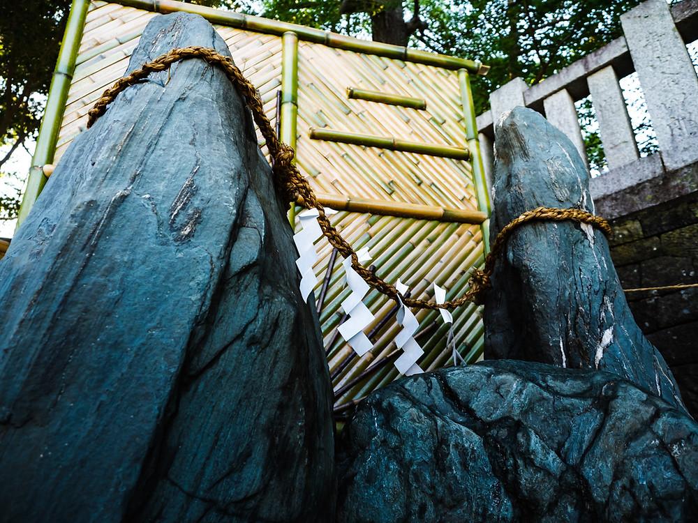 水琴窟の夫婦岩。左が夫、右が妻、中央がこども石となります。