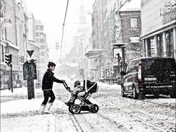 _2100631b people in oslo snow
