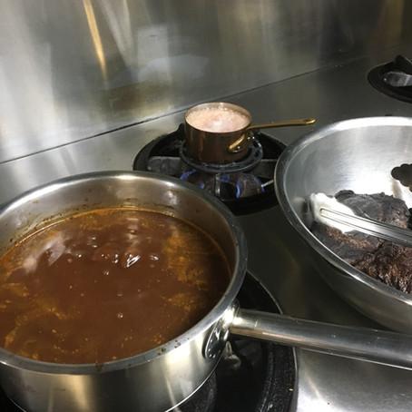 お気に入りの鍋で赤ワイン煮を仕込むの巻