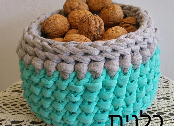 סלסלה סרוגה בעבודת יד מחוטי טריקו בצבע טורקיז ואפור
