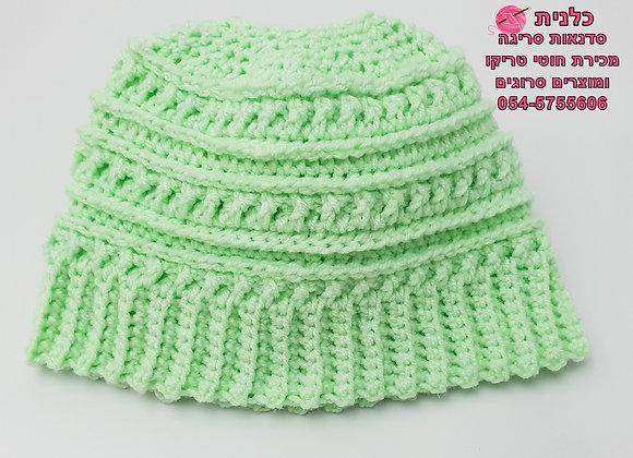 כובע סרוג עם פתח לקוקו