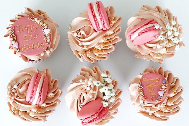 pink cupcakes with macaroons