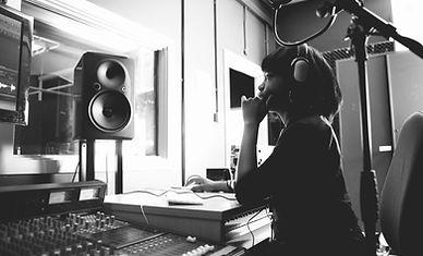 Donna in uno studio