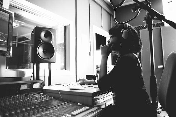 Femme dans un studio