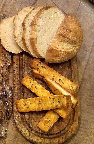 Pan casero tipo campo, pan de pizza, tabla de madera de lenga.Veggie