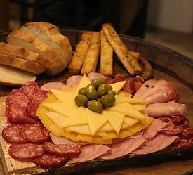 Picada tabla de fiambres y quesos con jamon, salame, salamin, quesos, aceitunas, pan casero, pan de pizza.