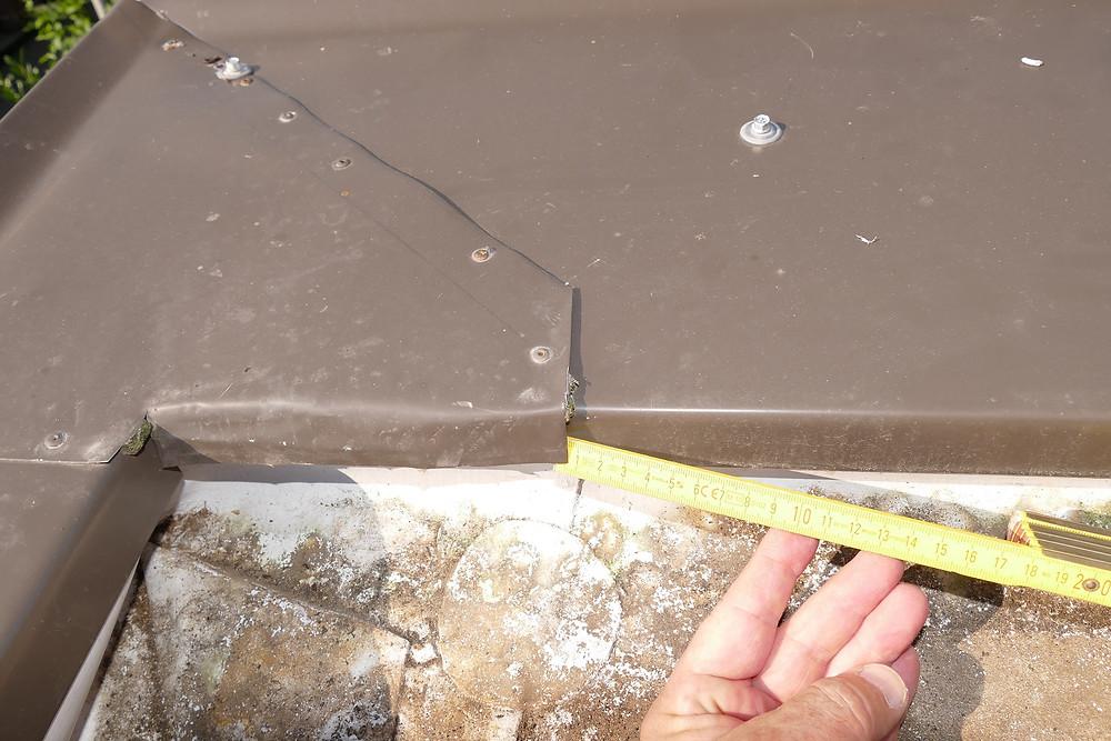 Die Blechverwahrung des Dachrand war bereichsweise an der Dachseite nicht umgekantet.