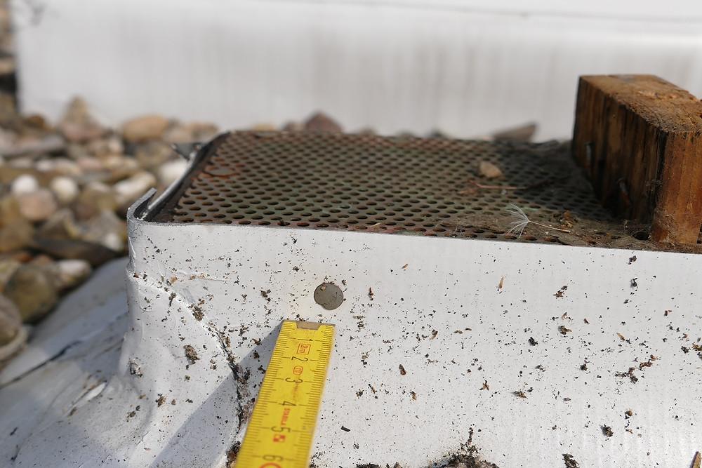 Undichter Anschluss einer Kunststoffabdichtung an einen Dachlüfter, Nagelung iat nicht fachgerecht