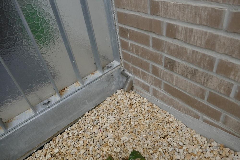 Das  Winkelrohr des Wasserspeiers war in die Klinkerriemchen der Fassade eingearbeitet.