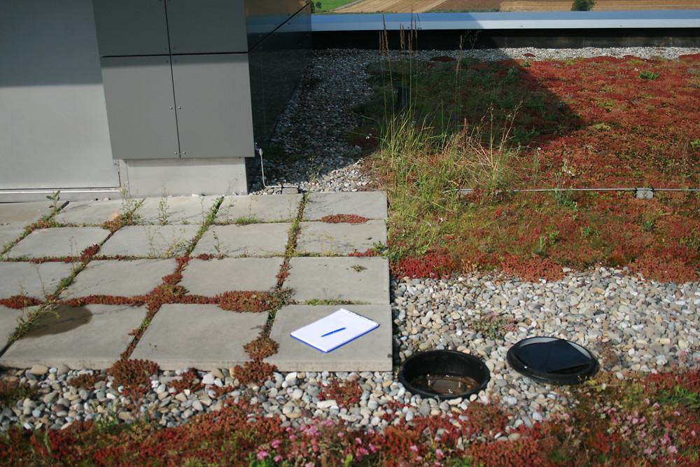 Betongehwegplatten können als Sicherung gegen Abheben durch Winsog dienen