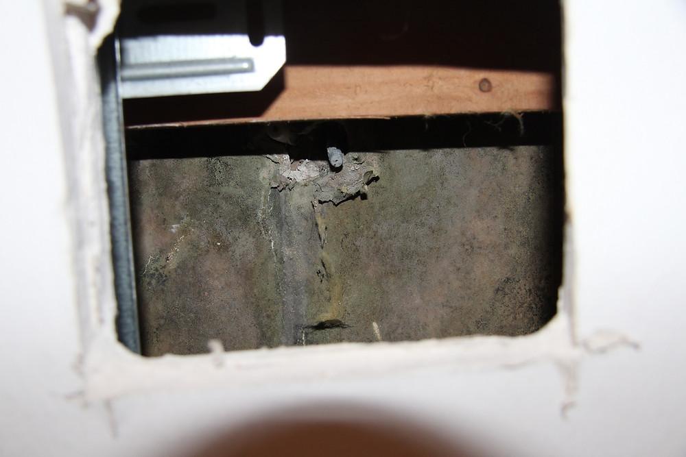 Abstellraum: Öffnungsstelle 2 im Abstellraum im Bereich der Befestigungsstelle der Handbrause im Badezimmer; von den Dübellöchern an der Befestigung der Handbrause gingen Läuferbildungen aus.